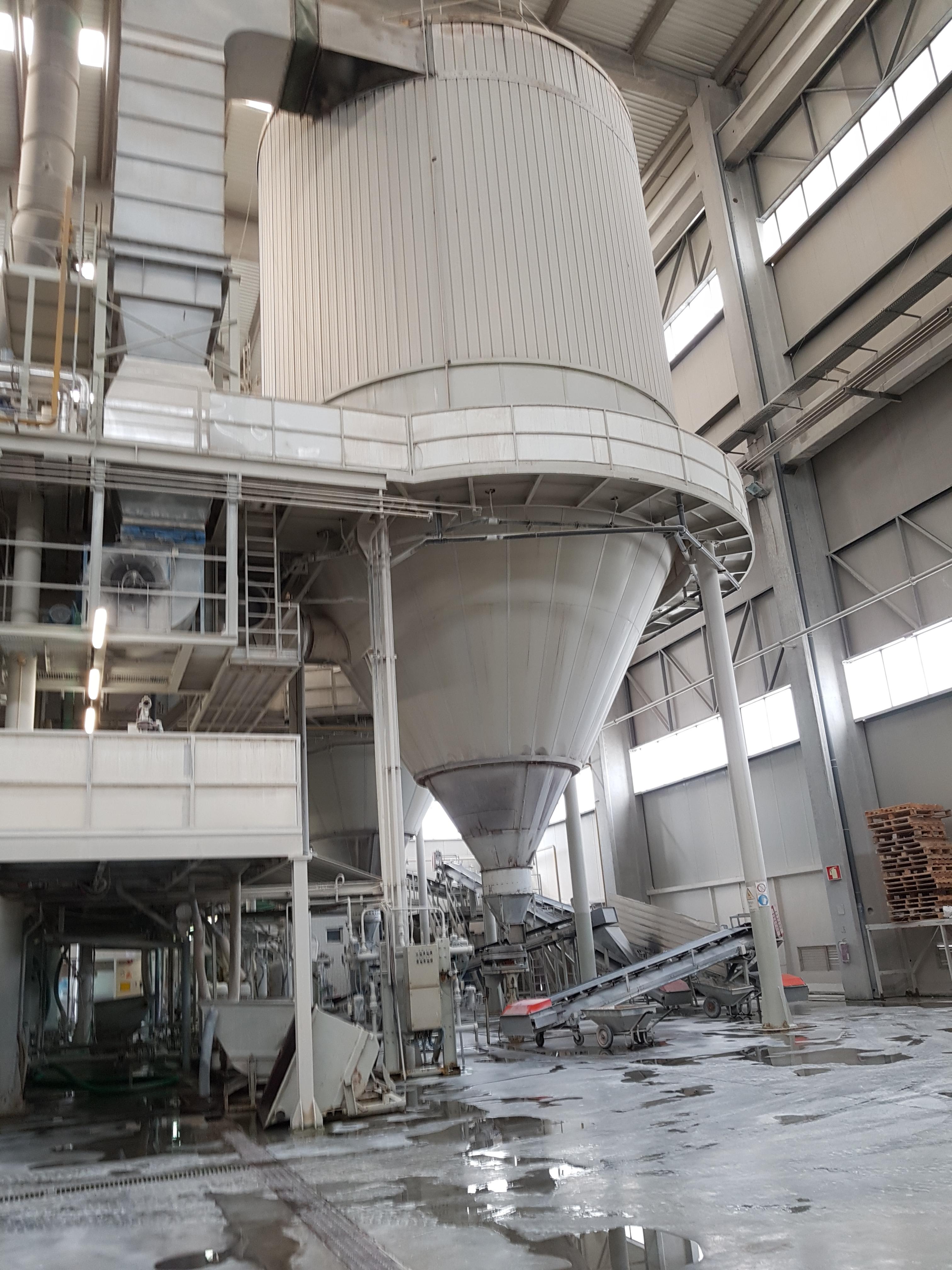 Visite d'une usine de fabrication de céramique.